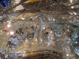 Niki_de_saint-phalle,_giardino_dei_tarocchi,_imperatrice,_interno,_mosaico_di_specchi_02